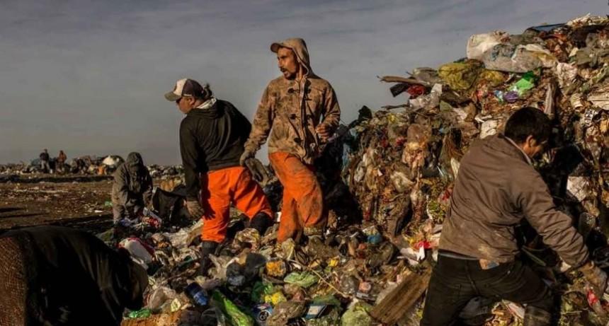 The New York Times fotografió a familias que viven de la basura en Paraná para mostrar la