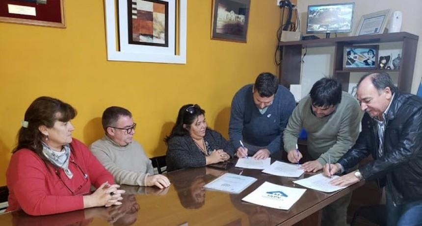 Firmaron el acta con la empresa Cimbra que es la responsable de la construcción de las 16 viviendas