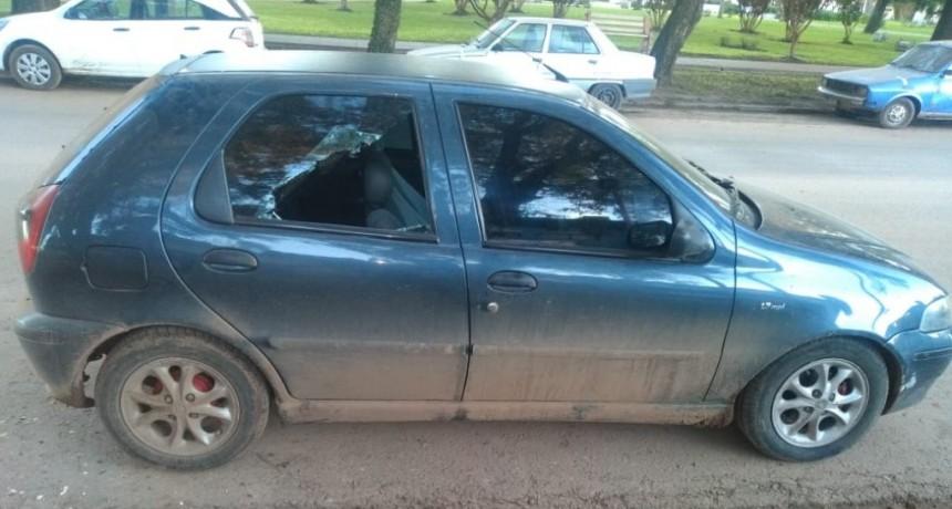Detenido por daño en flagrancia a un auto.