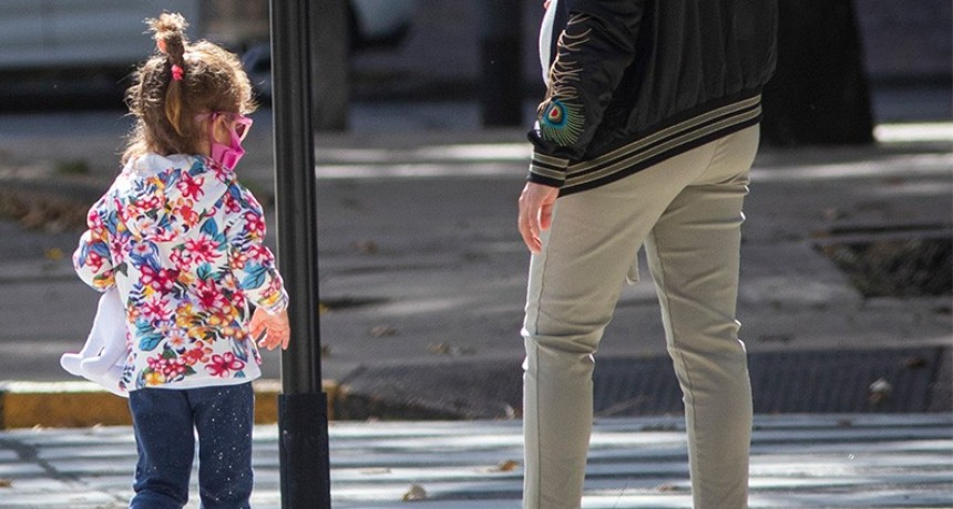 Autorizaron a padres con niños a cargo a salir con ellos a realizar las compras