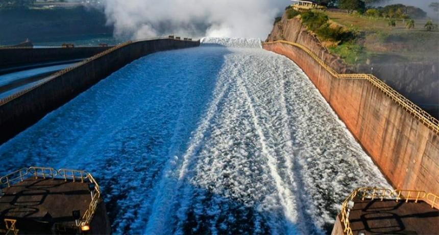 Itaipú abrió las compuertas tras casi un año para que crezca el Paraná