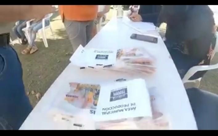 Entrega de semillas para la realización de huertas familiares en Paraje Las Delicias