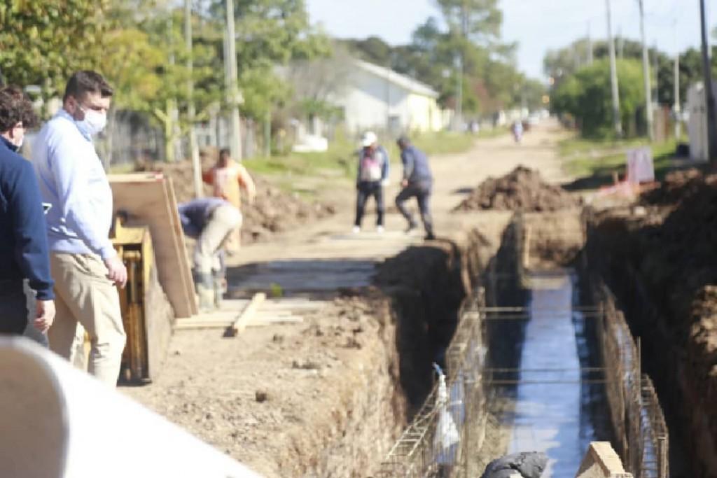 Se ponen en marcha en nuestra ciudad obras :  desagües , pluviales , y cordón cuneta .