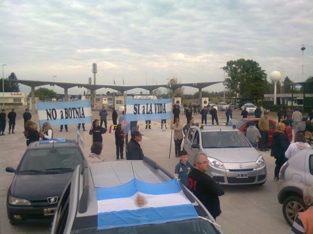 Con una fuerte custodia uruguaya, la Asamblea volvió a movilizarse contra Botnia