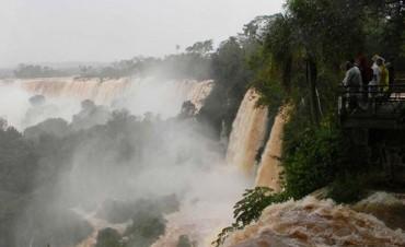 Las Cataratas con el caudal de agua  mayor al habitual. Estan cerradas por seguridad