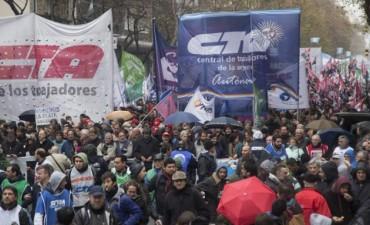 Las CTA marcharon contra la suba de tarifas y el veto a la ley antidespidos