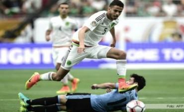 Uruguay perdió el eje y México le ganó en el debut