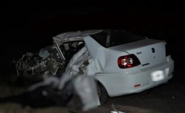Dos personas murieron al chocar un auto y un camión de caudales