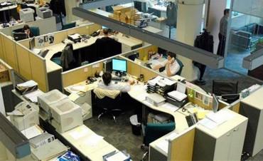 Endurecen controles para que empleados estatales cumplan el horario de trabajo