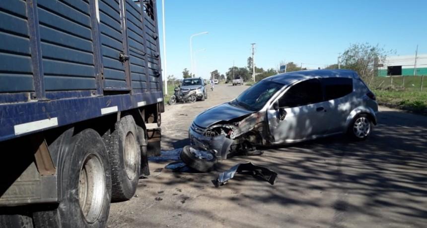 Un auto choco contra un acoplado de camión en Colateral Aguirre Almada