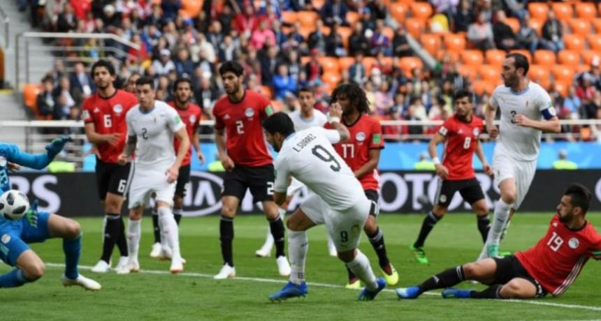 Sobre el final, Uruguay encontró la victoria en el debut