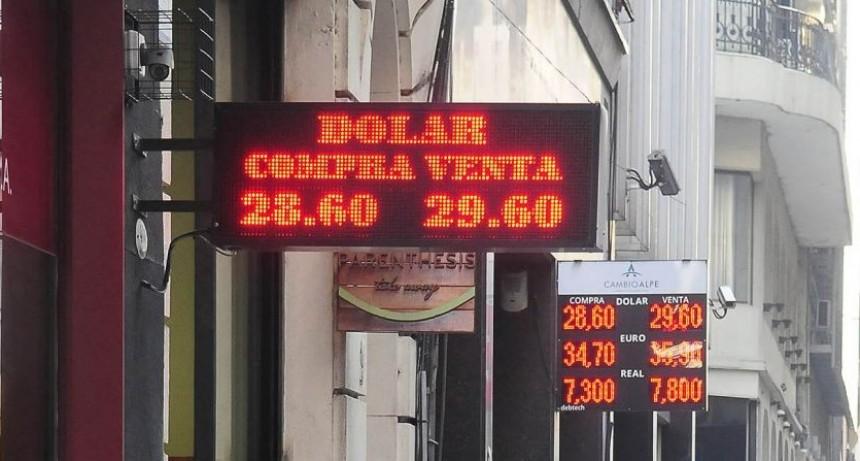 El Central subastó u$s 300 millones de sus reservas, pero no pudo frenar al dólar