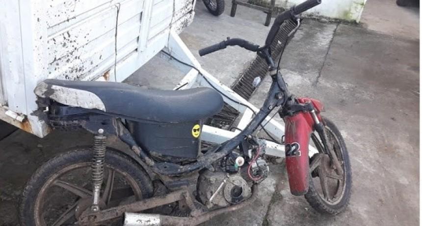 Dejan moto tirada y luego se dan a la fuga