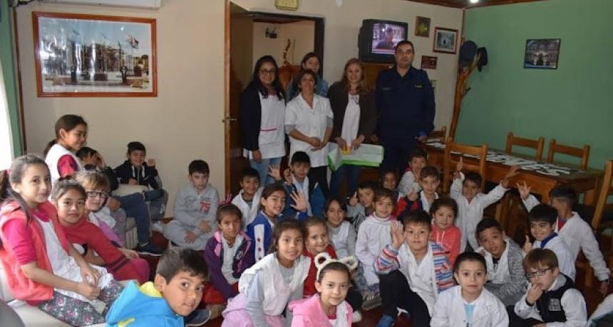 Niños y maestros de la Escuela N 1 visitaron la Jefatura Departamental de Policía