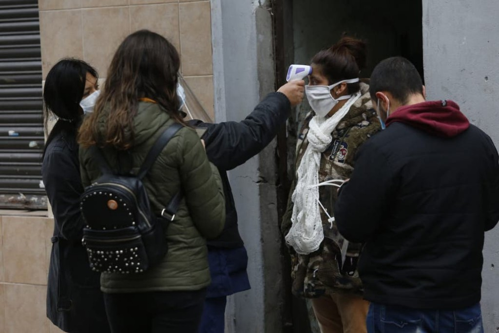 Coronavirus en la Argentina: ¿Por qué hay personas que se contagian y otras que no?