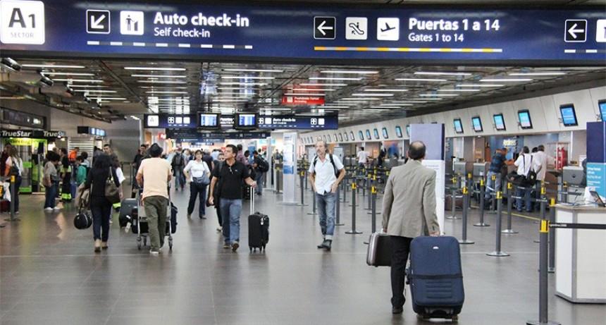 Los argentinos que quieran salir del país deben firmar un nuevo documento