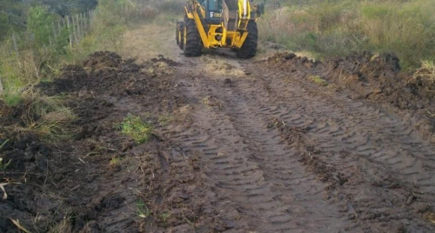 Trabajan en la conservación de caminos productivos en el departamento Federal