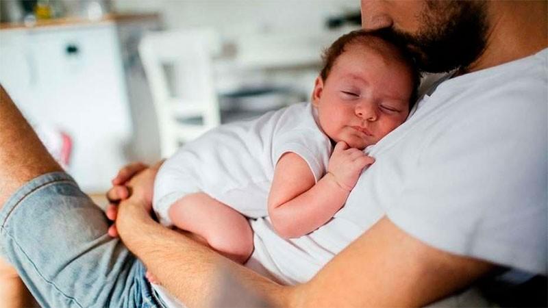 Avanza un proyecto que amplía las licencias por maternidad y paternidad