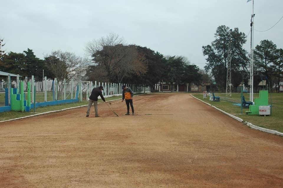 Mantenimiento y puesta a punto de la pista de atletismo en el Complejo Polideportivo