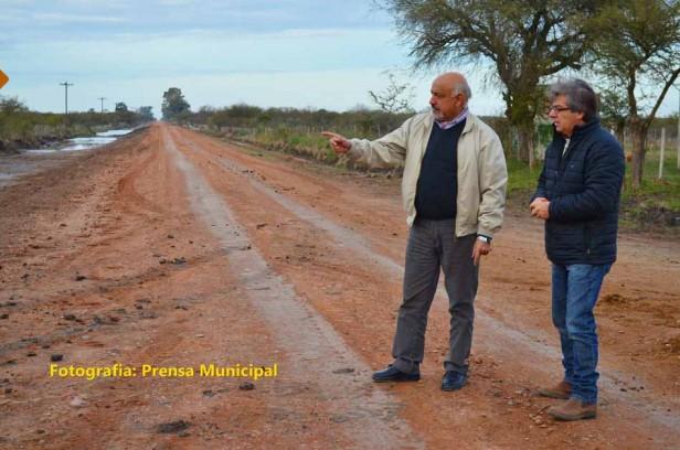 Felipe Torres estudia enripiar el camino de la Escuela N° 5 hasta la ruta 5 en Colonia