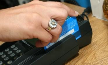 El Gobierno quiere que todos los comercios del país operen con tarjeta de débito