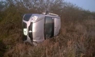 Ruta 2: volcó una camioneta que transportaba correspondencia y encomiendas de Correo Argentino. Lesiones leves para el conductor oriundo de Federal