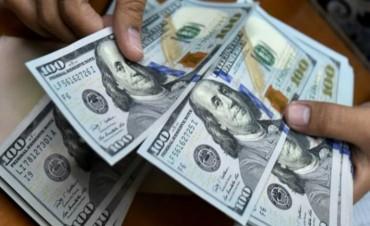 Sin freno, el dólar se disparó 4,1% y cerró en $17,40