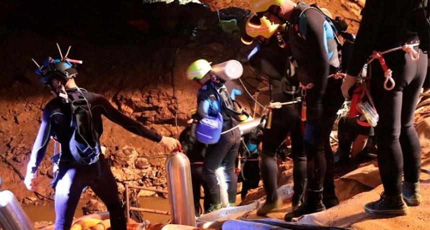 Tailandia: cómo es el equipo de 18 buzos expertos que rescata a los chicos