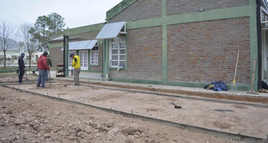 EL MUNICIPIO CONSTRUYE UNA VEREDA EN LA ESCUELA PROVINCIAL Nº52