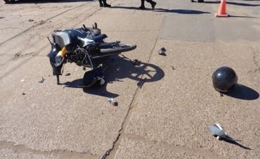 Una moto choca a un auto en Rivadavia e Yrigoyen
