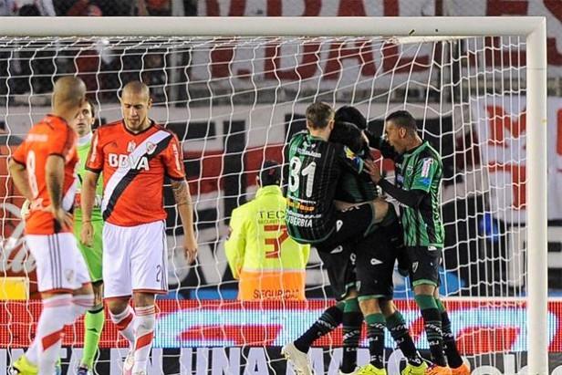 En medio de los festejos, River perdió ante San Martín y quedó a seis puntos