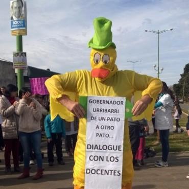 Docentes le protestaron a los candidatos oficiales en Gualeguaychú