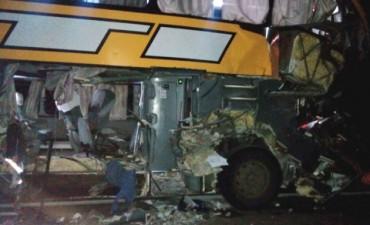 Un muerto y varios heridos por choque entre ómnibus y camión en Concordia