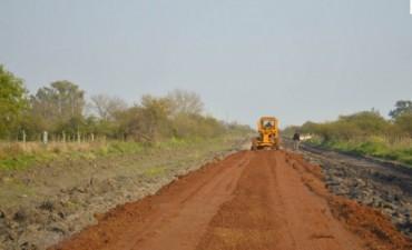 Limpieza de caminos y enripiado en Colonia Federal