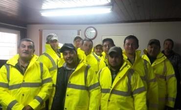 Entrega de indumentaria laboral a personal de obras sanitarias