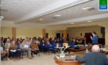 Autoridades municipales participaron de conferencia a cargo de especialista en economía