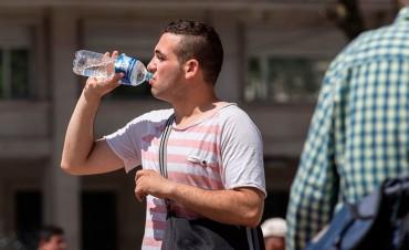 Advierten sobre los riesgos para la salud de beber agua embotellada