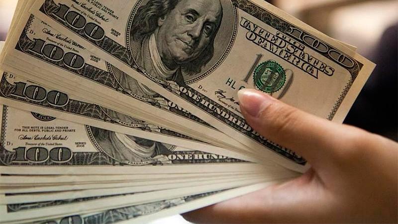 El dólar saltó 46 centavos, cerró a $28,69 y tocó su máximo en un mes