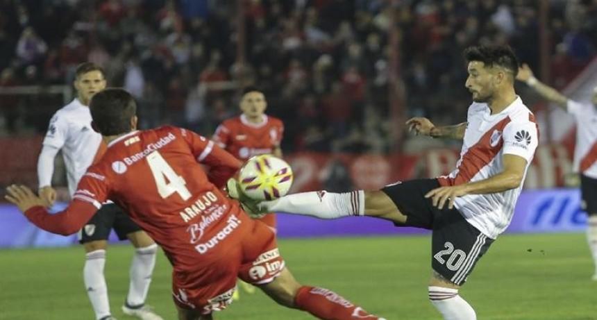 River desperdició un penal y no paso del empate en su visita a Huracán