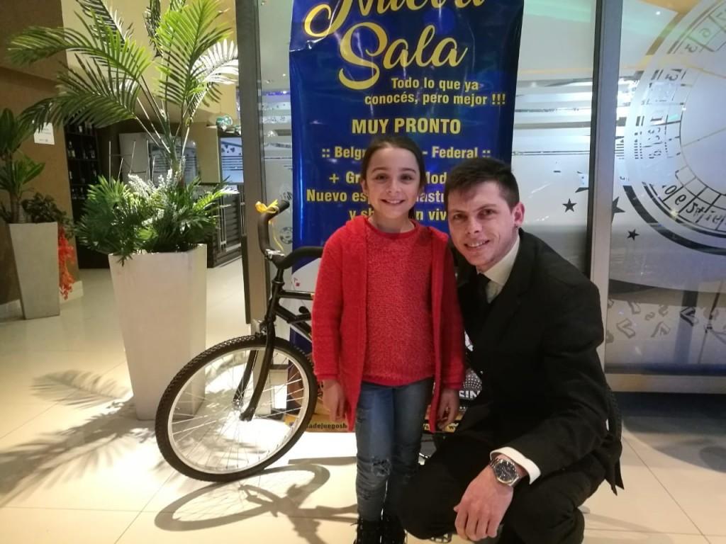 Regalo por día del niño: Sala de juegos de Federal entregó una bicicleta