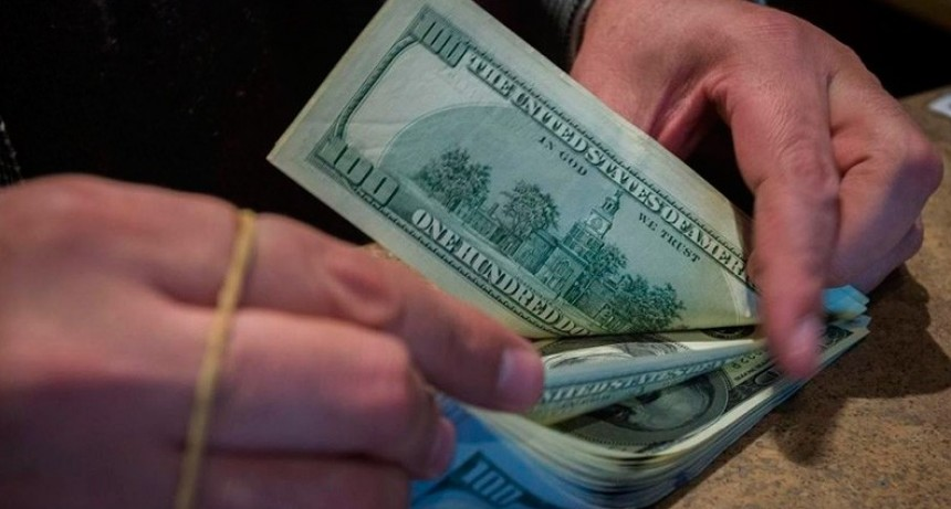 El dólar saltó 80 centavos este lunes y cerró a $46,70 a pocos días de las PASO