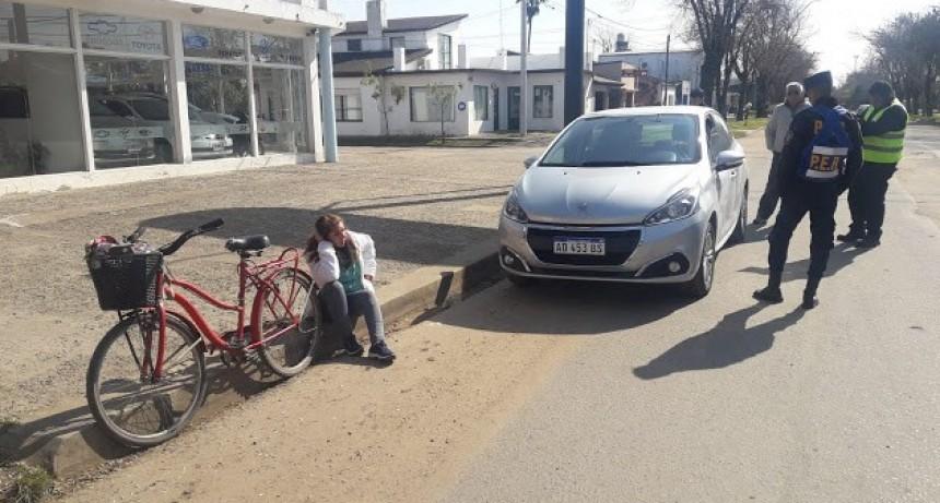 Lesiones leves para ciclista que choco un auto estacionado