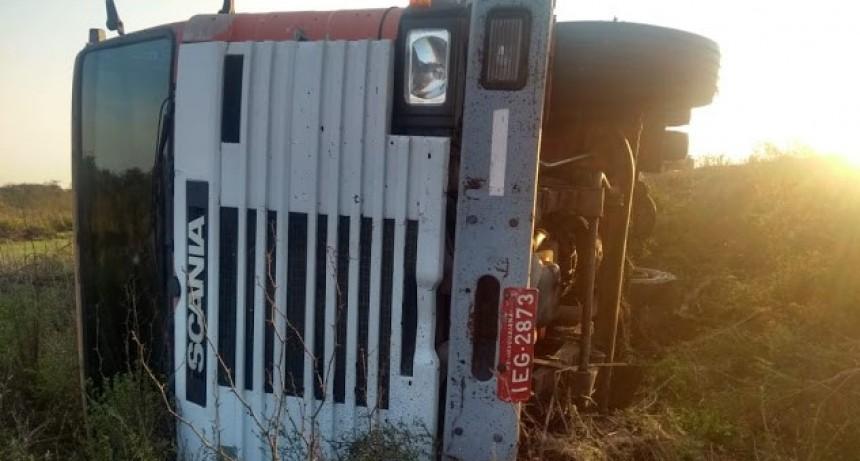 Camión volcó sobre la Ruta nacional N 127