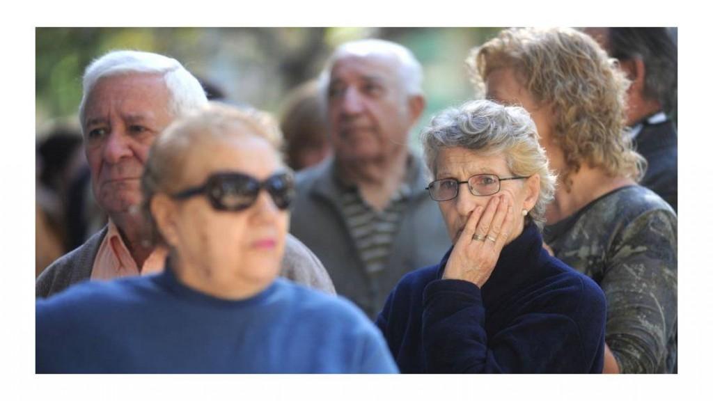 Prorrogan el reintegro del 15% por compras con débito para jubilados y AUH