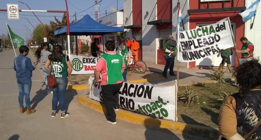 Los municipales realizan una retención de servicios en Sauce de Luna.