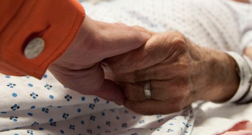 El nuevo DNU del aislamiento contempla el acompañamiento a pacientes críticos
