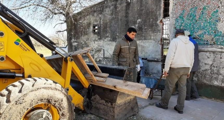 Tareas de mantenimiento y contención, en el sector lindante al tanque de agua de la Escuela N° 48