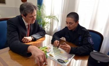 El ministro Bahl recibió la primera mujer policía en egresar en un curso de guardia urbana en Brasil