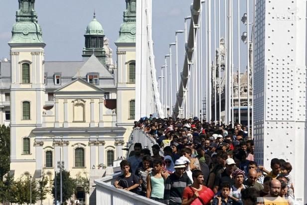 Miles de refugiados llegan a Alemania en busca de la tierra prometida