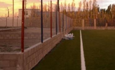 Otro jugador de fútbol se golpeó la cabeza contra el paredón de la cancha